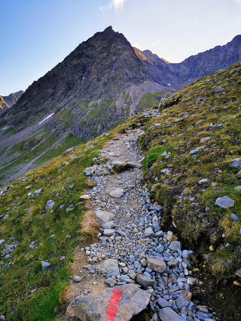 Ein schmaler Pfad führt zum Gipfel hinauf