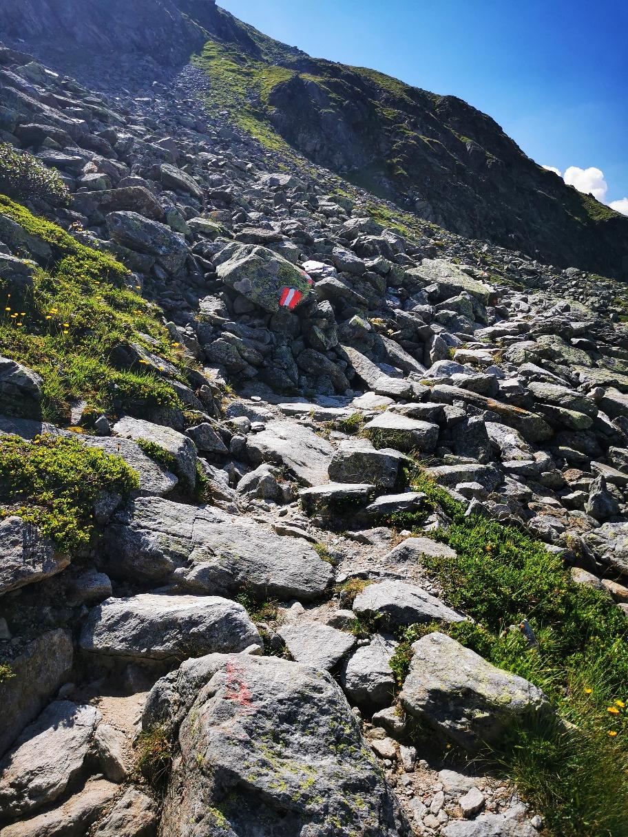 Auf steinigem Bergpfad geht es weiter