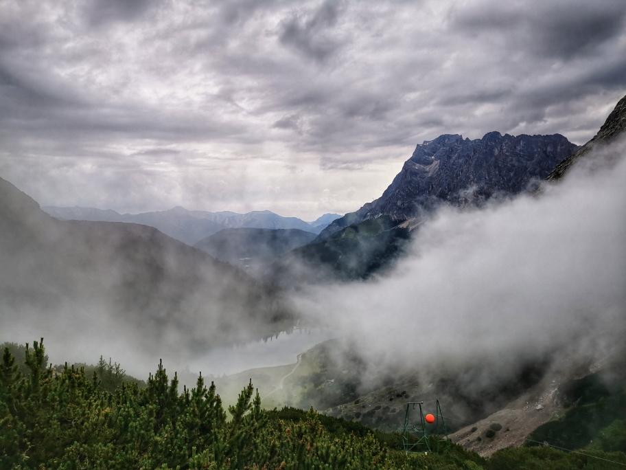 Die Zugspitze liegt morgens noch in den Wolken