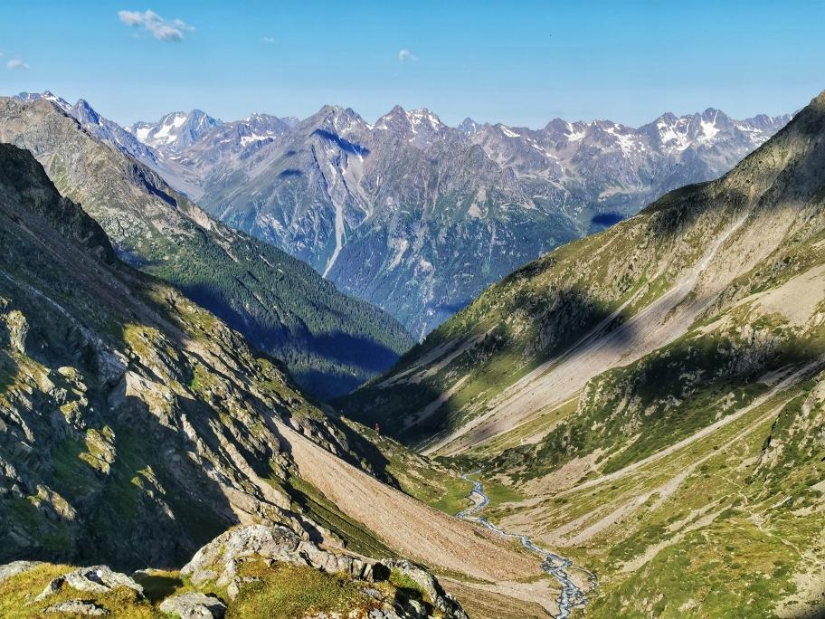 Der Blick ins Sulztal, auf der rechten Hangseite verläuft der Abstieg ins Tal