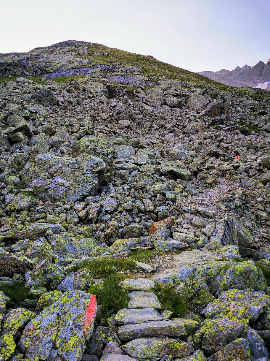 Der Aufstieg beginnt direkt im Felsgelände