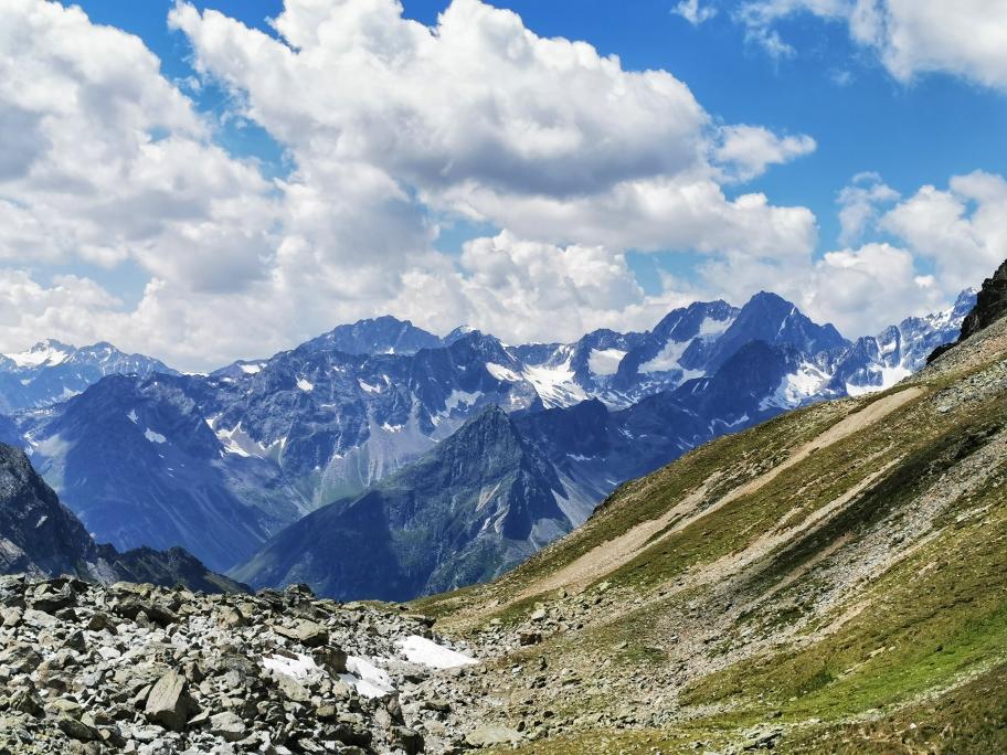 Die schneebedeckten Hänge der Ötztaler Alpen