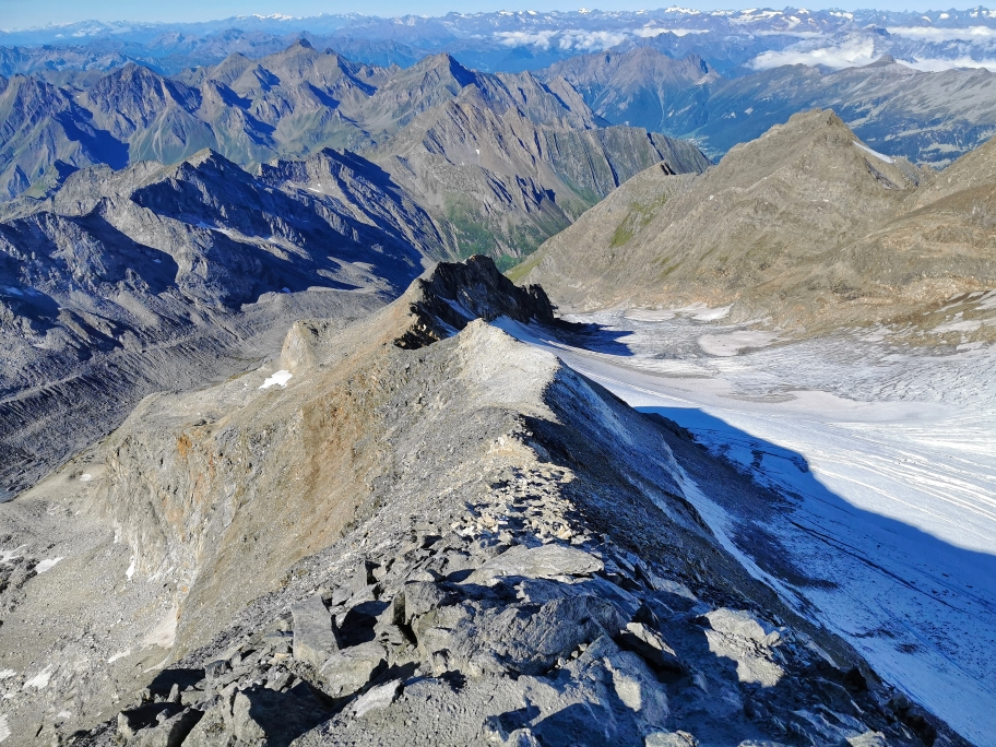Beim Abstieg liegt uns der gesamte Gipfelgrat zu Füßen