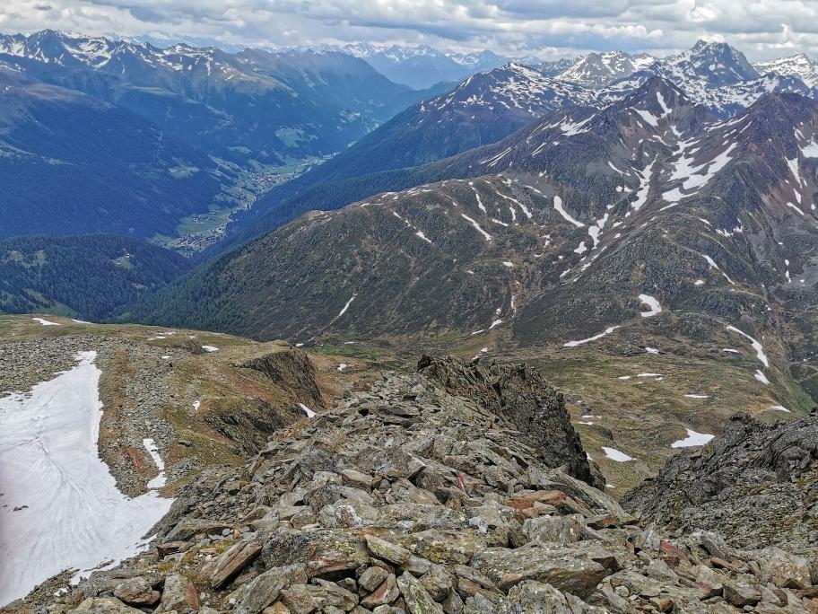 Schöner Blick ins Defregger Tal, in der Bildmitte der Abstiegsweg