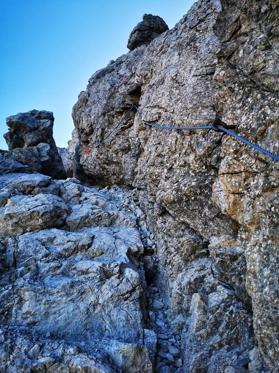 Über gesicherte Stellen geht es im Fels hinauf zum Steinschartenkopf