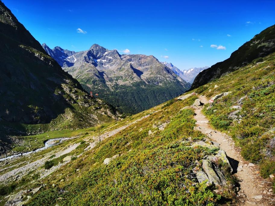 Auf einem gemütlichen Weg geht es ins Tal