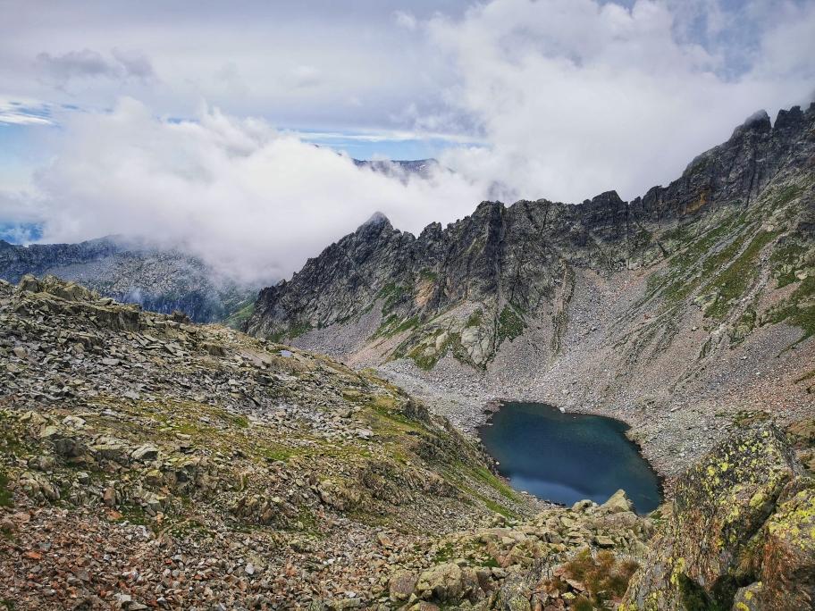 ... und passiert den kleinen Lago d'Avolo