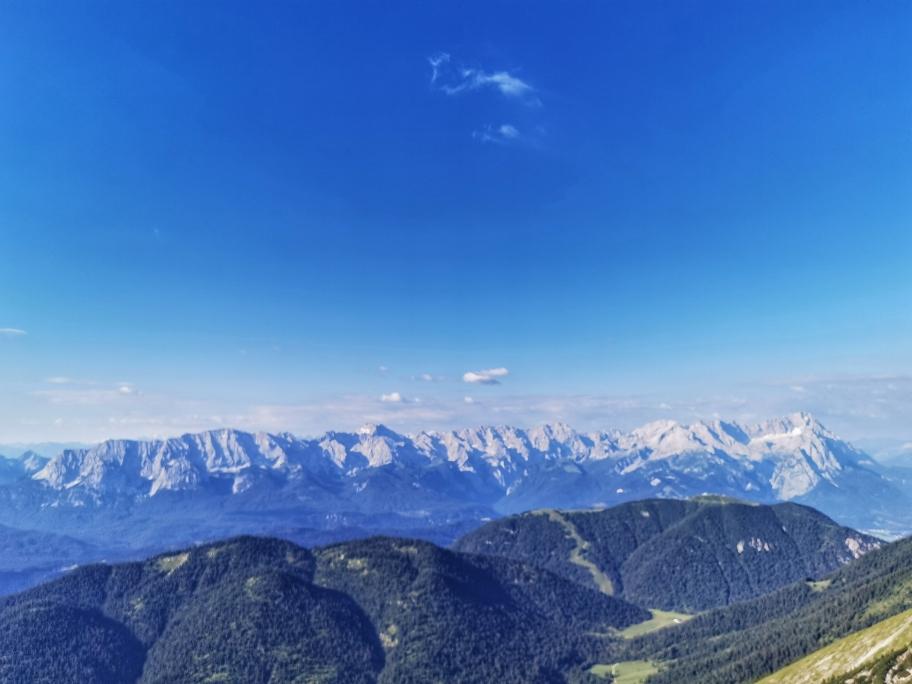 Vorne Estergebirge, hinten das felsige Wettersteinmassiv, ganz rechts die Zugspitze