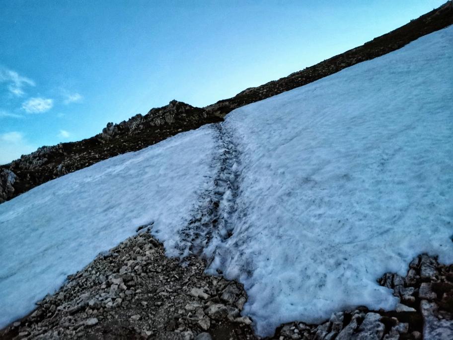 Erstes Schneefeld etwa auf 2.400m Höhe