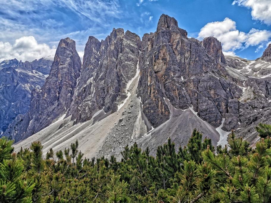 Ein traumhaftes Bild beim Abstieg: die schroffen Felswände der Oberbachernspitzen. Auf dem zweiten Turm von links habe ich heute morgen noch am Kreuz gestanden