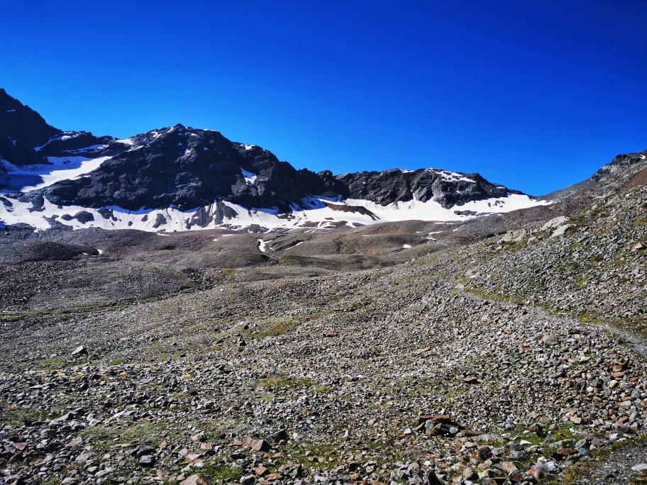 Über diese Fläche geht's weiter hinauf, rechts kommt das Zwieselbachjoch ins Blickfeld