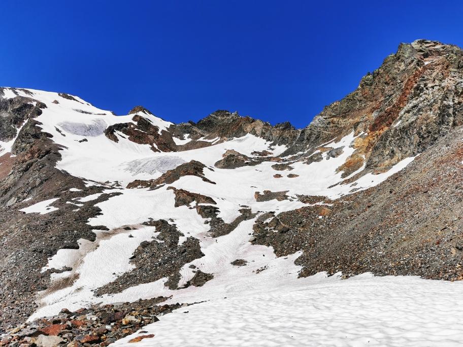 Abstieg über ein breites Schneefeld