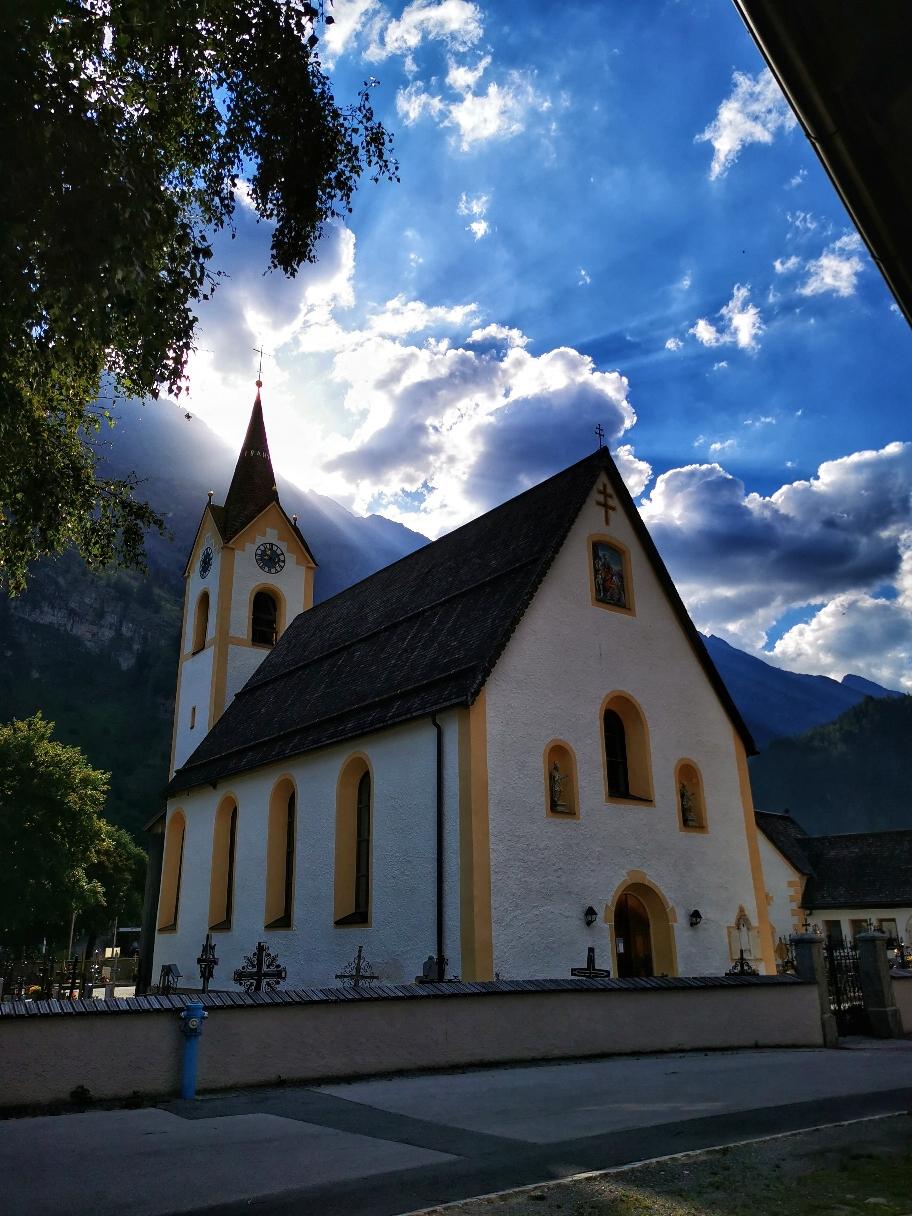 Morgens an der Dorfkirche in Huben