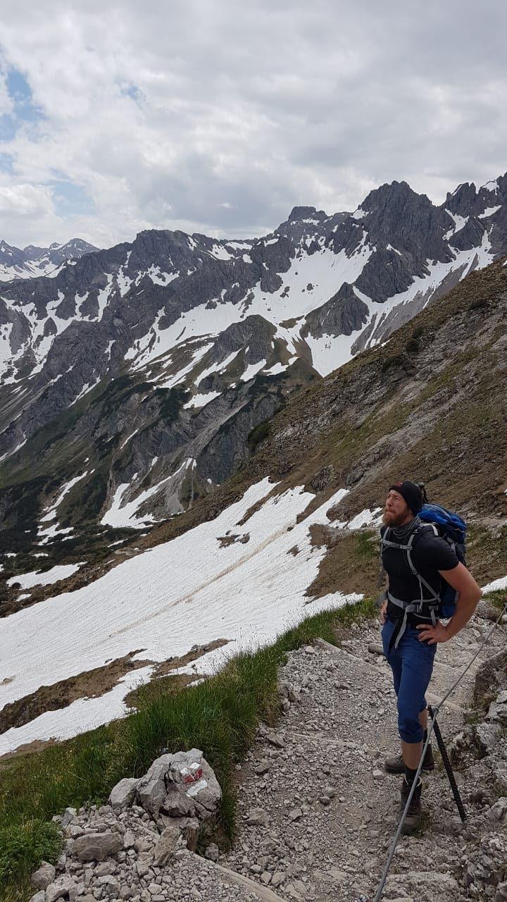 Prüfender Blick Richtung Gipfel