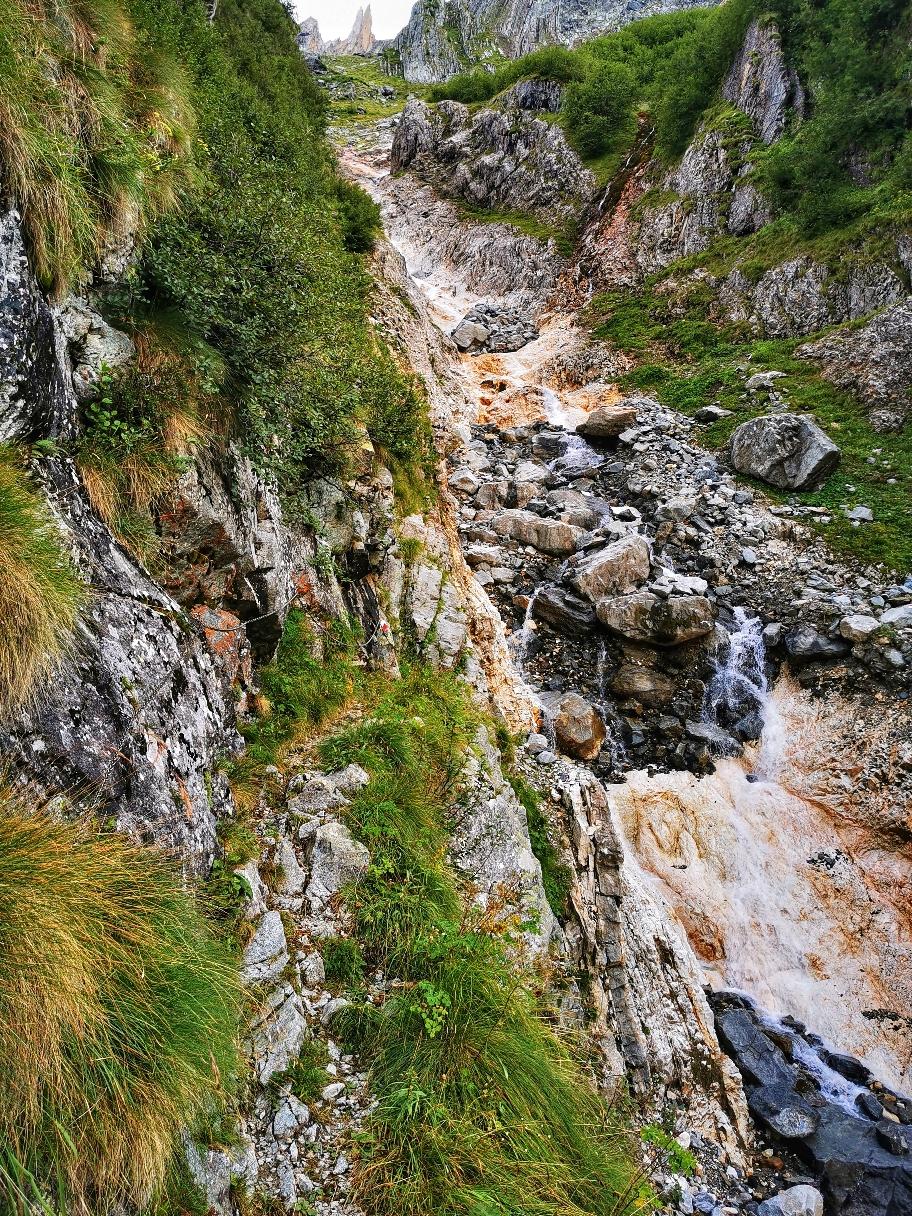 Ein Wasserfall muss etwas mühsam gequert werden