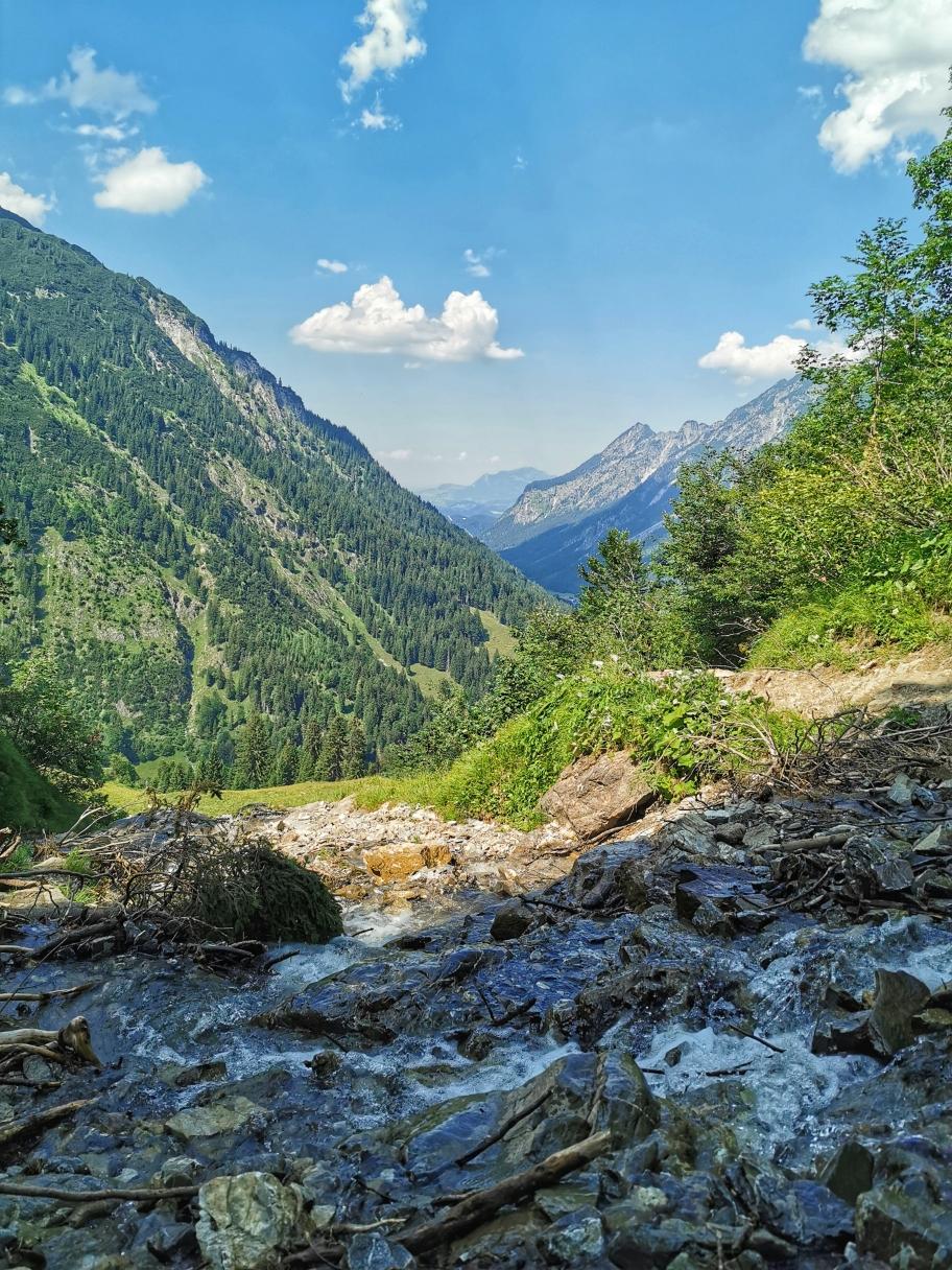 Kleine Wasserfälle bieten immer wieder Abkühlung