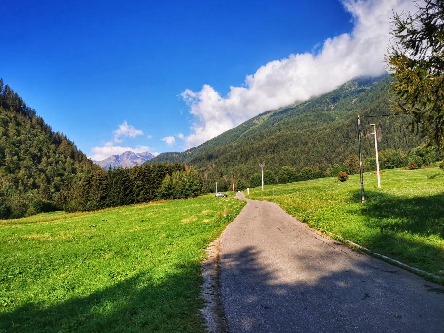 Zunächst geht's auf der Straße Richtung Lago Pian Palü