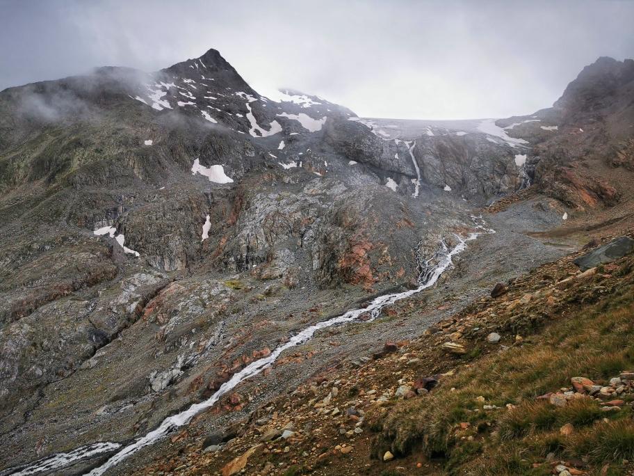 Der mächtige Kesselwandferner entledigt sich größer Wassermassen ins Tal