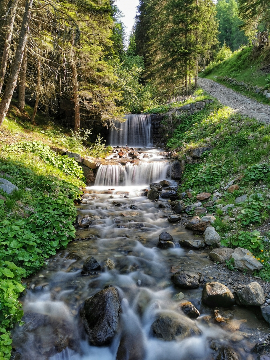 Schöner Wasserfall am Wegesrand