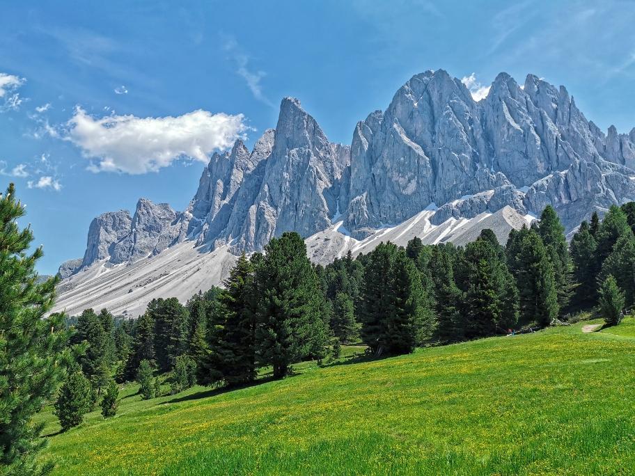 Bunte Wiesen, grüne Tannen und 1.000m hohe Felswände, die Geißlerspitzen sind eines der schönsten Orte der Dolomiten