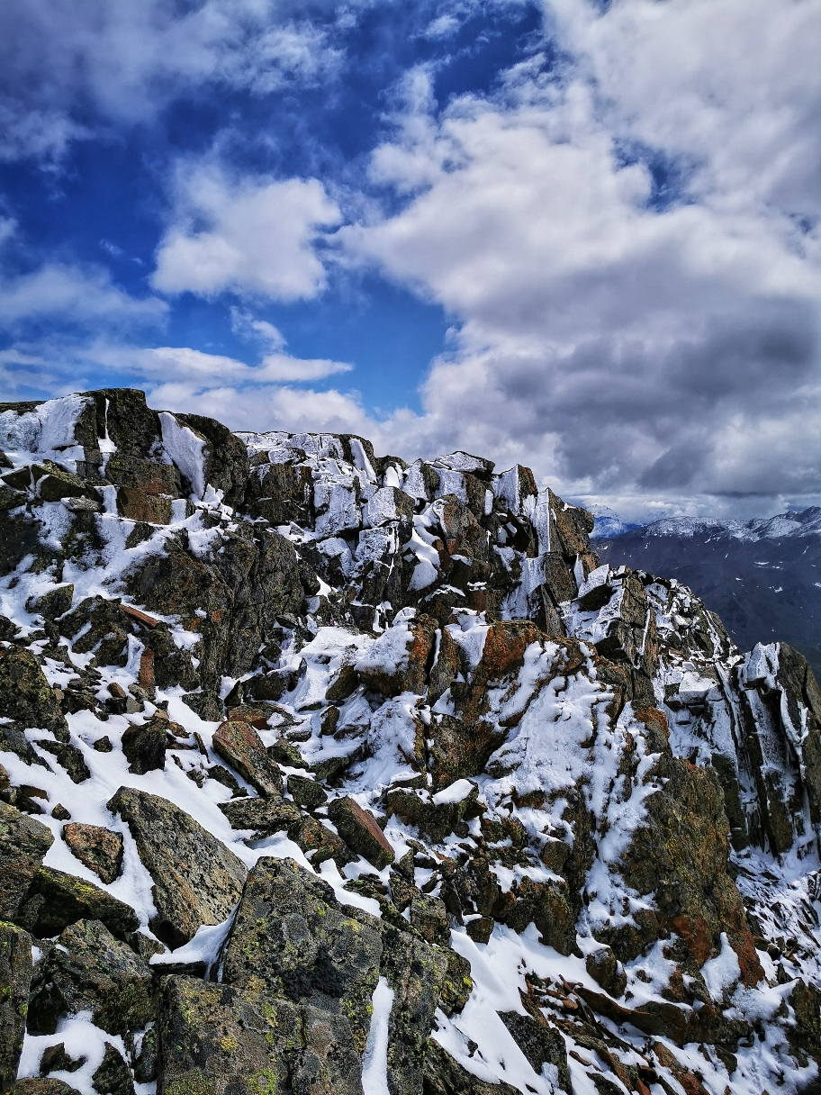 Bizarre Felsformationen, Schnee und etwas blauer Himmel