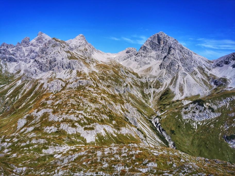 Herrliches Panorama oberhalb der Kemptner Hütte, wo der Große Krottenkopf (rechts im Bild) die Szenerie bestimmt