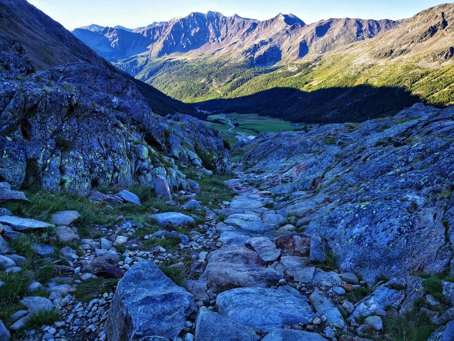 Auf dem Steinpfad Richtung Kurzras, der Wald ist bereits in Sicht