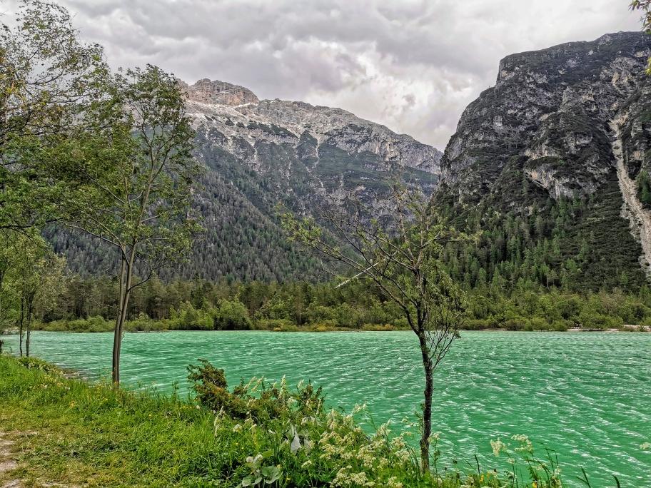 Grün schimmerndes Wasser