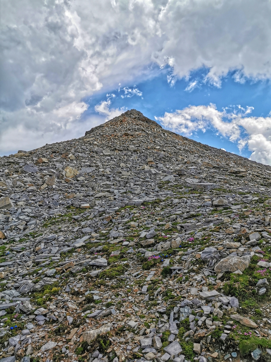 Blick zurück auf den großen Schutthang der Weißspitze, durchaus beschwerlich im Abstieg