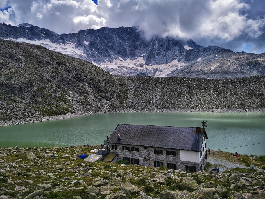 Der Monte Adamello (3.539m) bestimmt das Bild
