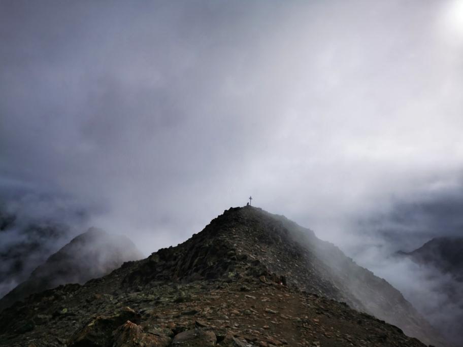 Mystische Stimmung kurz vor dem Gipfel