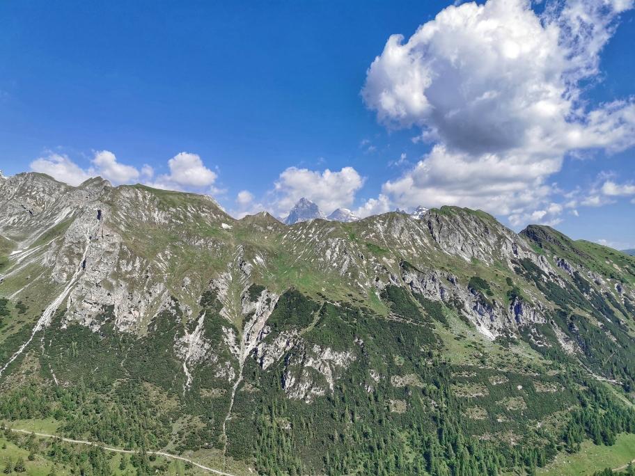 Der über 3.000m hohe Pflerscher Tribulaun steckt seine felsige Spitze in den Himmel