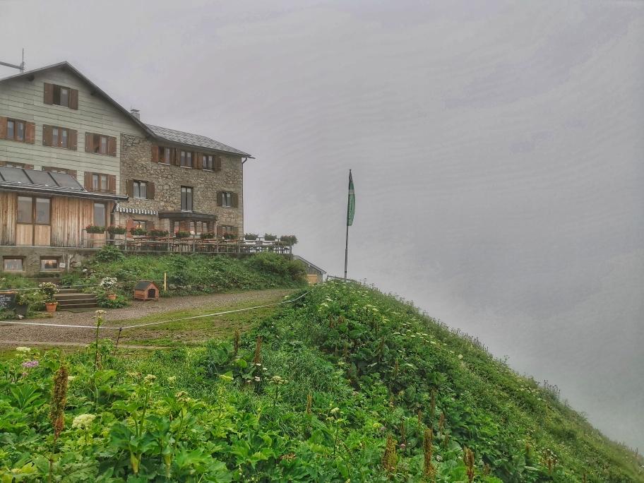 Morgens im Regen an der Kemptner Hütte
