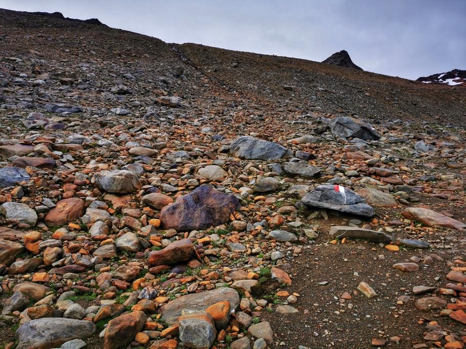 Ein erster Felsriegel wird in Kehren überwunden