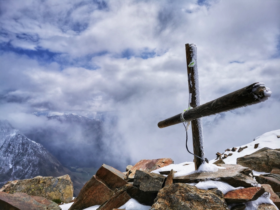 Das bescheidene Kreuz am Gipfel Im Hinteren Eis auf 3.270m