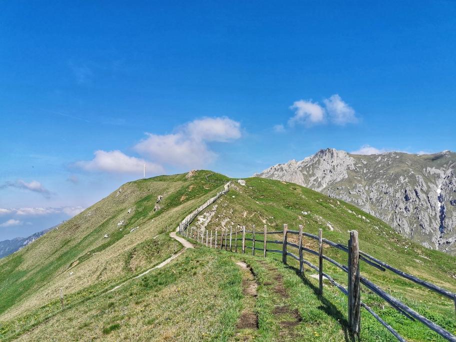 Der Hang ist überwunden, das Gipfelkreuz kommt in Sicht