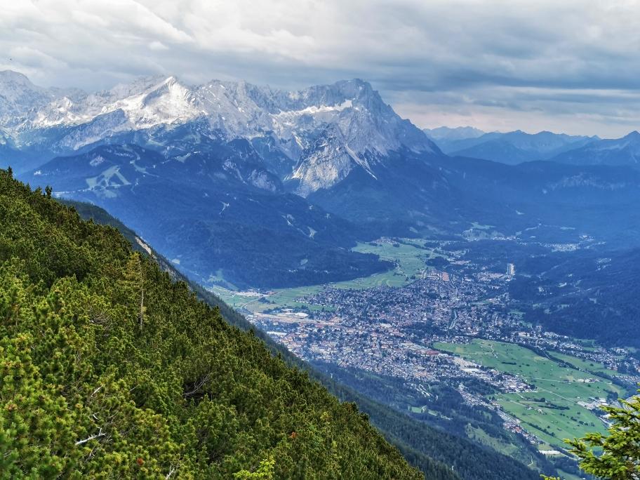 Garmisch - Partenkirchen, im Hintergrund die Zugspitze
