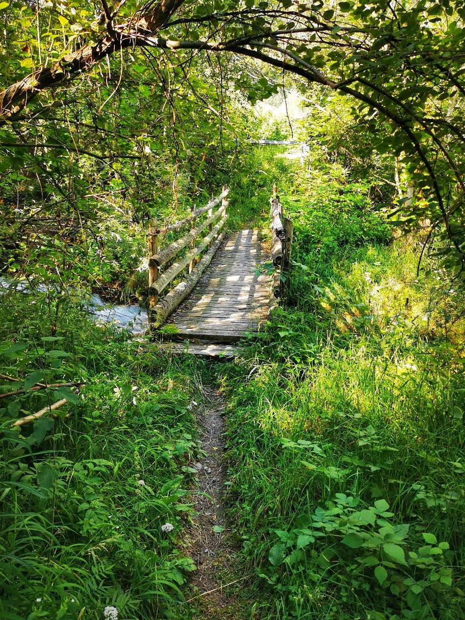 Über ein alte Brücke geht's etwas wackelig hinüber