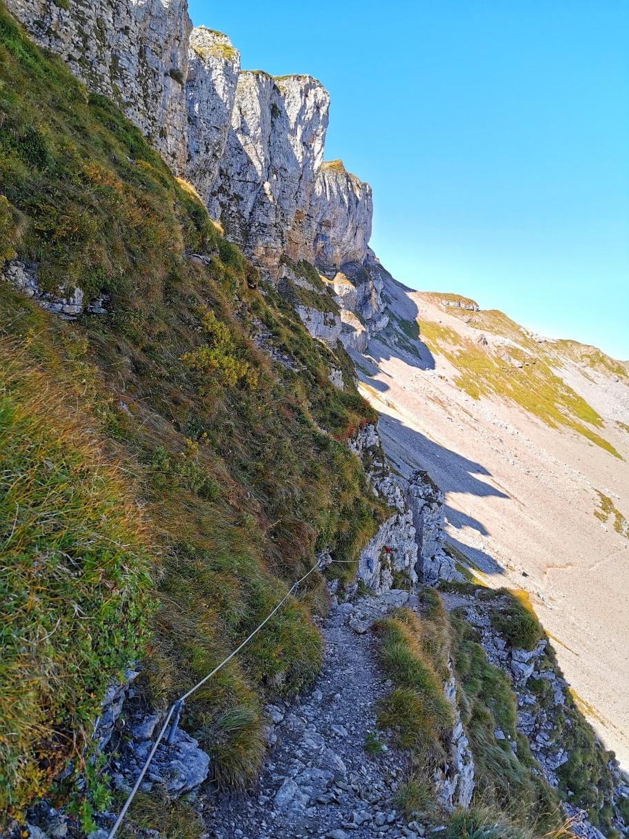 Abstieg von der Ifenmauer, vorne der Gipfel des Hahnenköpfle