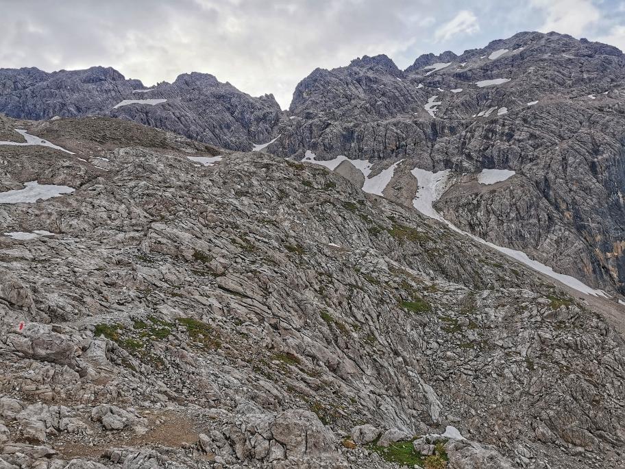 Das felsige Plateau, oben rechts unser erste Ziel das Hohe Licht