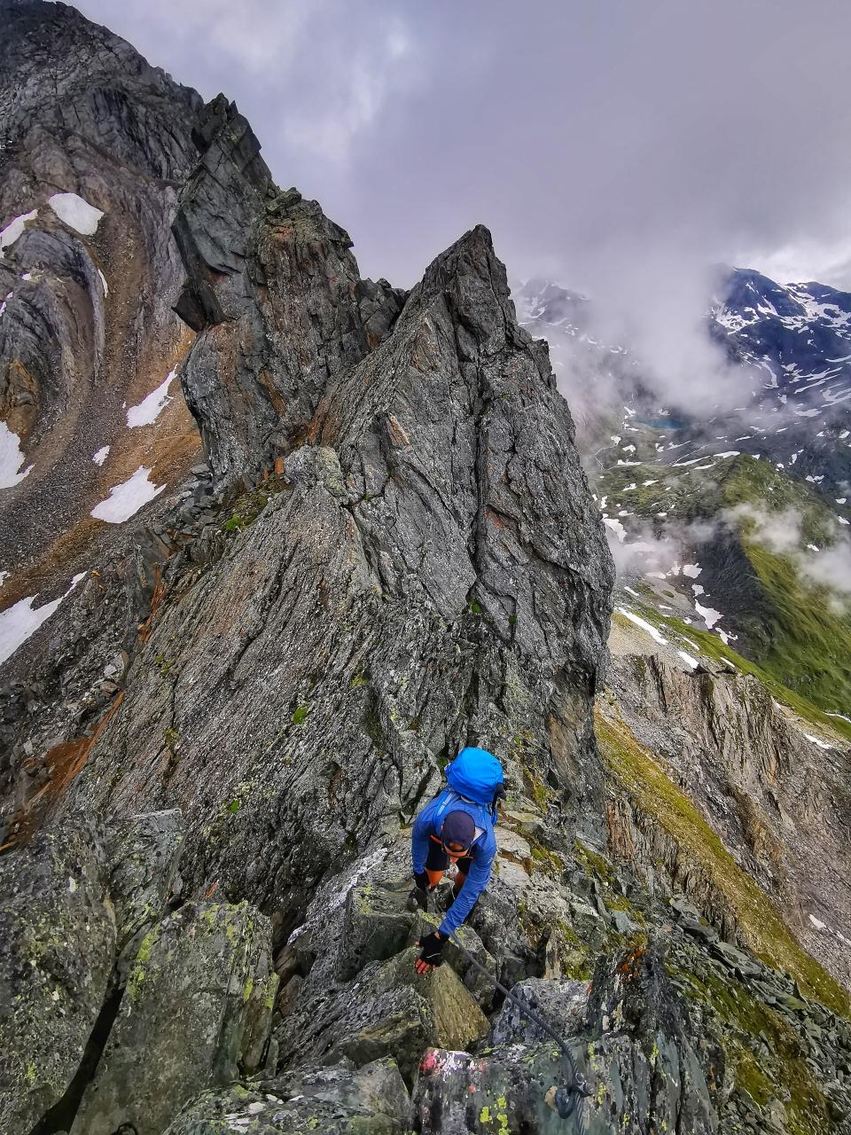 Teilweise ausgesetztes Gelände auf dem Grat der Tulpspitze