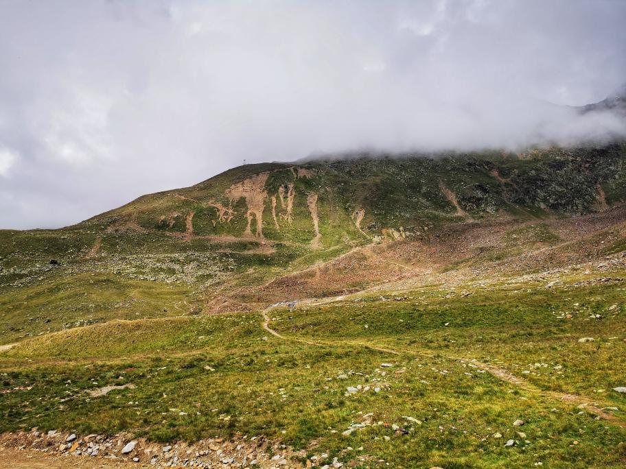 Aufstieg zur Breslauer Hütte, die aktuell oben in den Wolken liegt
