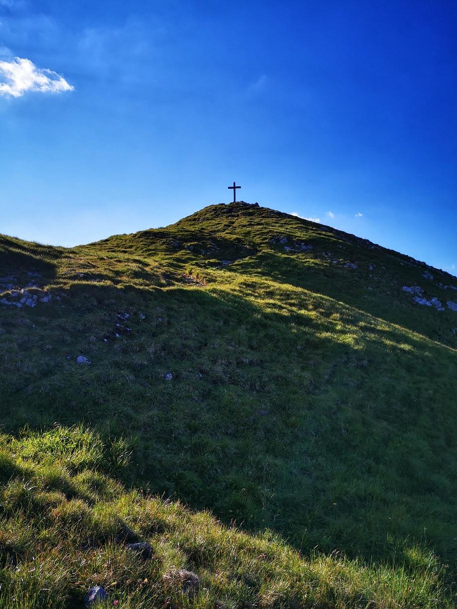 Nach kurzem Aufstieg ist das Kreuz bereits zum greifen nah