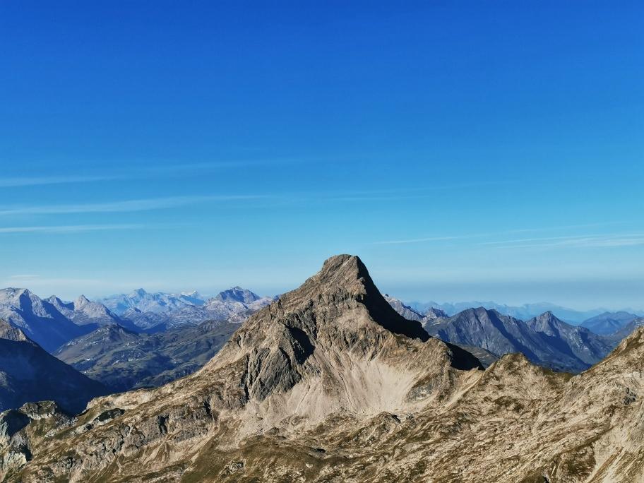 Der gegenüberliegenden Biberkopf (2.599m) zieht die Blicke auf sich, dahinter erstreckt sich das Kleinwalsertal