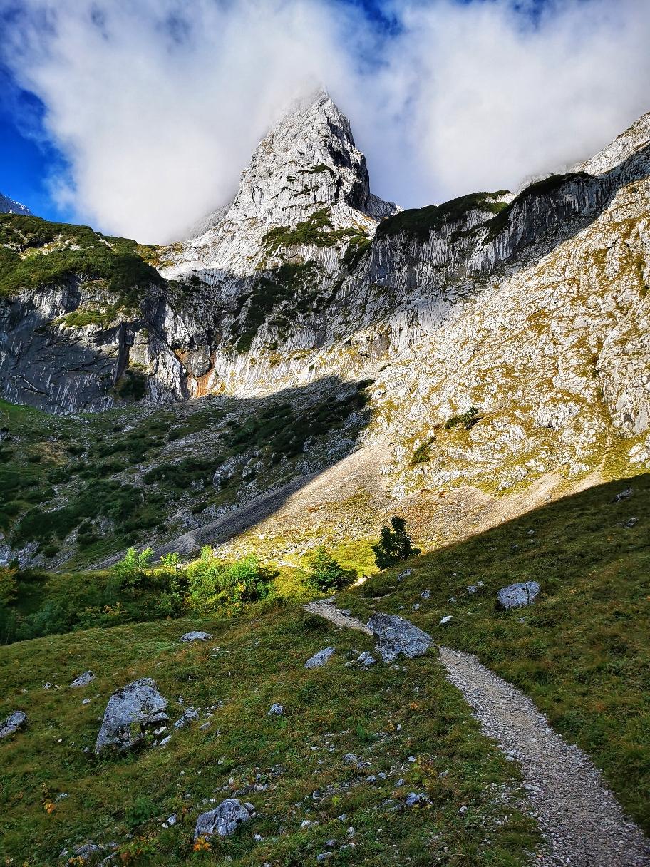 Der untere Teil des Klettersteigs kommt in Sicht (Bildmitte)