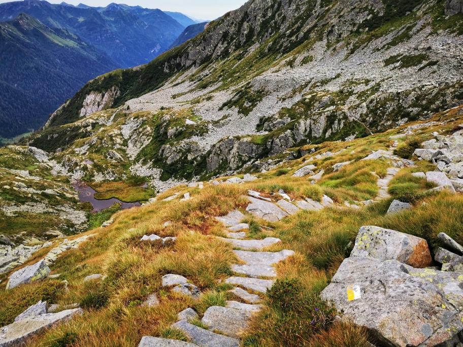 Auf kleinen Bergpfaden geht's Richtung Tal