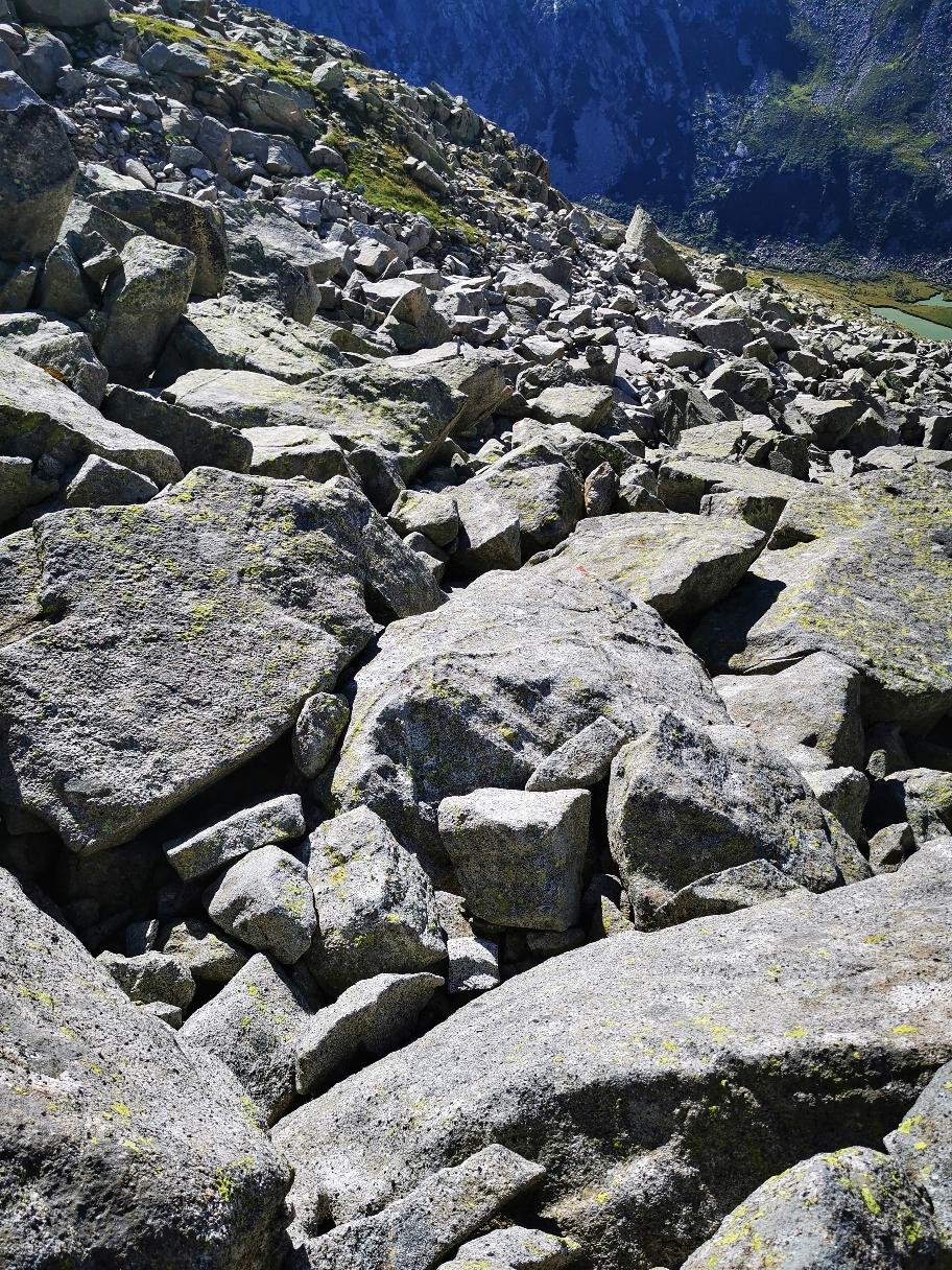 Der Abstieg erfolgt zunächst steil im Blockwerk...
