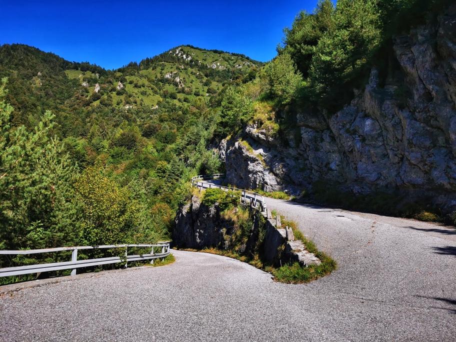 Ein Stück folge ich der steilen Bergstraße...