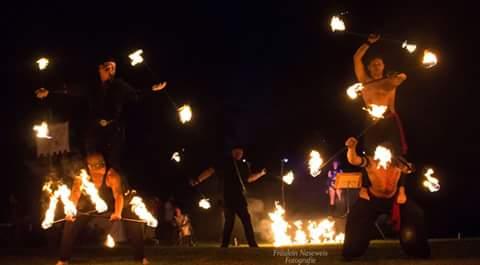 Feuershow in Stuttgart, Feuershow stuttgart, Solo Feuershow und Paarshow bietet beste Unterhaltung, Feuershow für Geburtstag Stuttgart, Feuershow für Firmenevent fasziniert, Feuershow jetzt buchen, Feuershow für Hochzeit Stuttgart begeistert alle!
