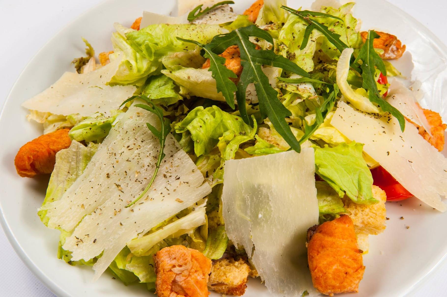"""Мікс листя салату з підкопченим лососем, апельсинами, заправлений бальзамічно-гірчичним соусом/  280гр.  96.00грн.  Фірмова страва ресторану """"Стейк Хаус"""" м. Хмельницький"""